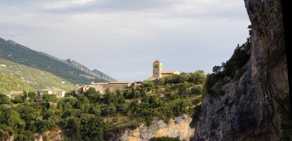 Вид на деревню из каньона